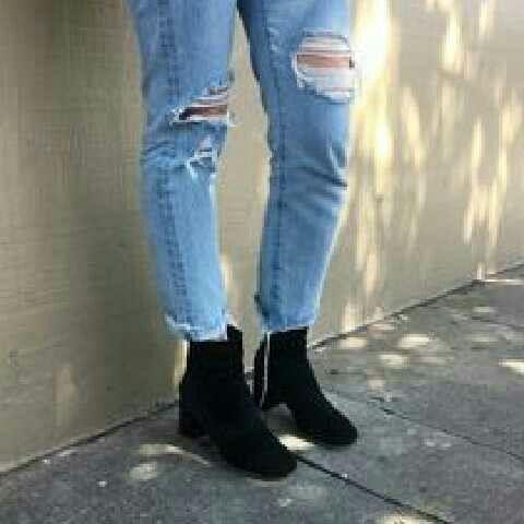 Photo of Una de las nuevas modas Esta moda se utiliza pantalones rotos y botines