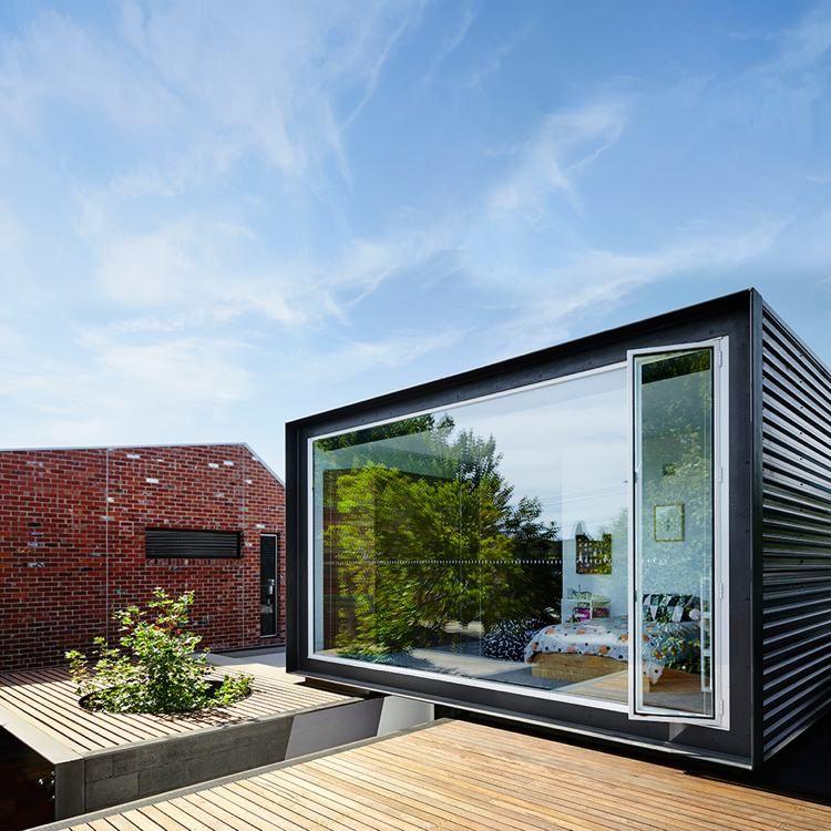 Maison conteneur de design moderne, piscine hors sol et rocaille