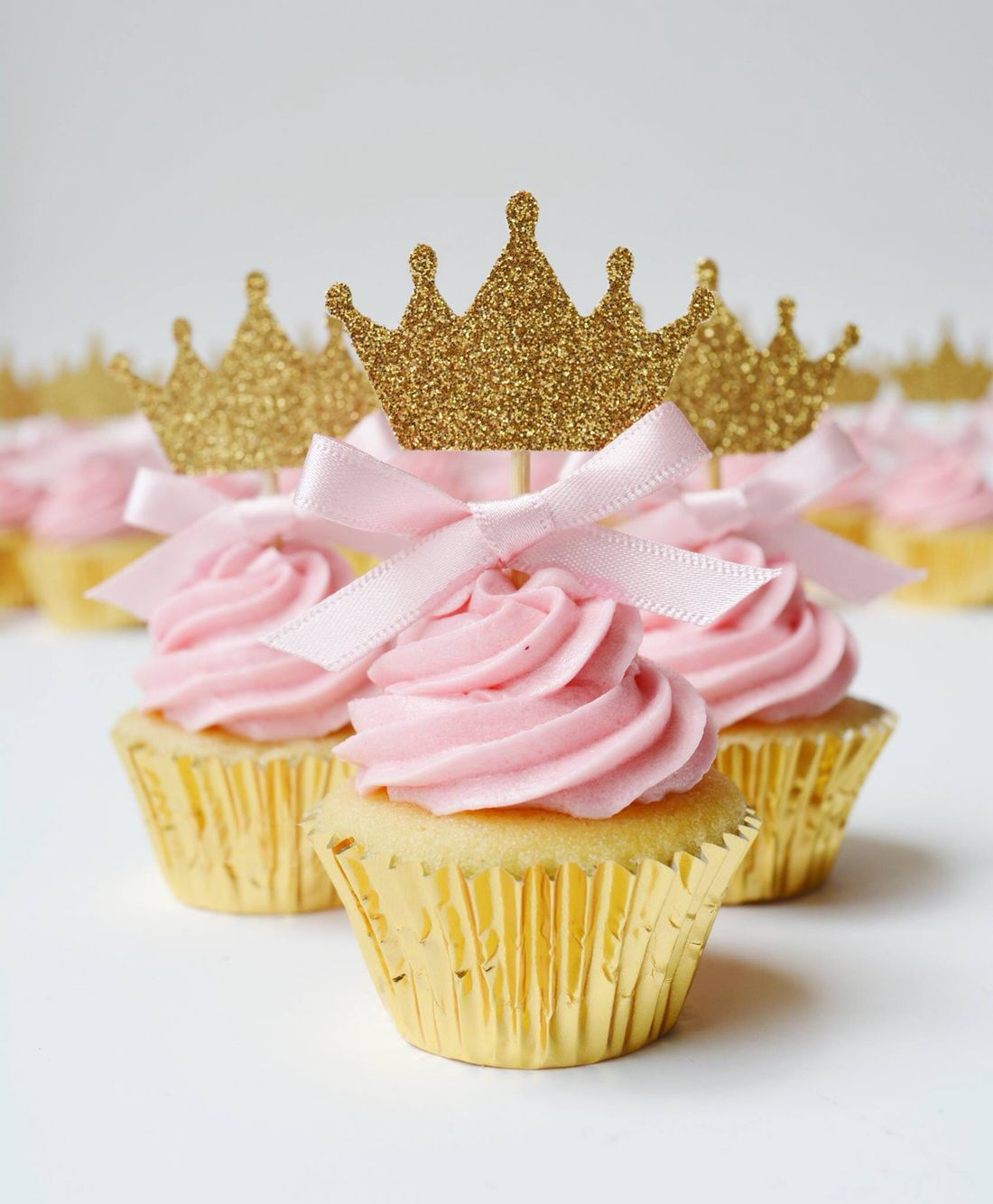 Princess crown cupcake toppers with pink bow detail | Princess party ...