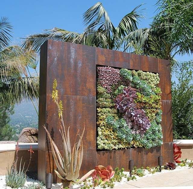 Vertikale-Bepflanzung-mit-harmonischer-Farbabstufung-Sukkulenten - gartenideen wall