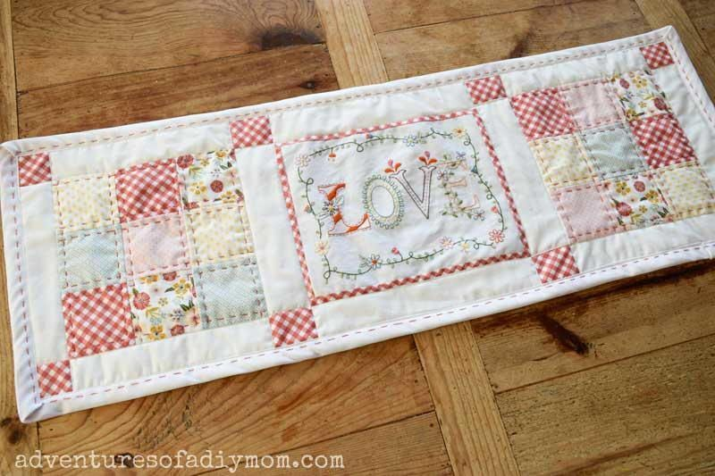 Quilted Table Runner Pattern For Spring In 2020 Quilted Table