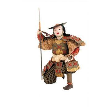 GUERRERO CON LANZA ETAPA EDO  Samurai con lanza de la etapa Edo. Realizado en madera y porcelana. Presenta cara y manos revestidas de porcelana y ojos de cristal. Vestimenta en seda.S.XIX.Medidas: 26 x 20 cm.
