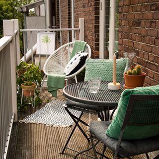 Kleiner Balkon mit gemütlichen Sitzmöbeln, Sitzmöbel Balkon, Gestaltung Balkon, Ideen Balkongestaltung #balkongestalten