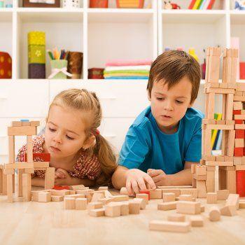 La pedagogía Montessori se aplica en algunas escuelas, sin embargo, en casa los padres también podemos poner en práctica y beneficiarnos de los métodos educativos. En Guiainfantil.com te proponemos estas actividades para fomentar la autonomía y el aprendizaje del niño se´gun el método Montessori.
