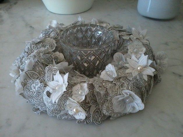 Dieser Kranz ist aus Papierornamenten und Blüten in Handarbeit gefertigt. Er macht sich gut als Türkranz oder als Tischdekoration. Beim Kauf mehrerer Artikel berechne ich nur ein mal den Versand...
