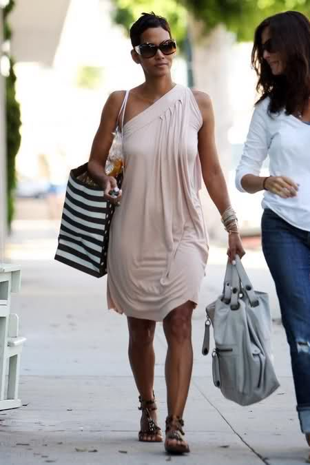 4b9bb82dba Love her bags! Halle Berry