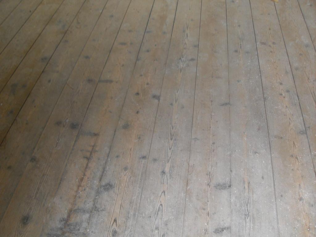 Grenen vloer na renovatie afgewerkt met middel bruin olie lemmen