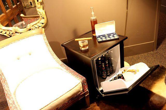 Mini Kühlschrank Nachttisch : Man tables mini fridges disguised as classy amish style