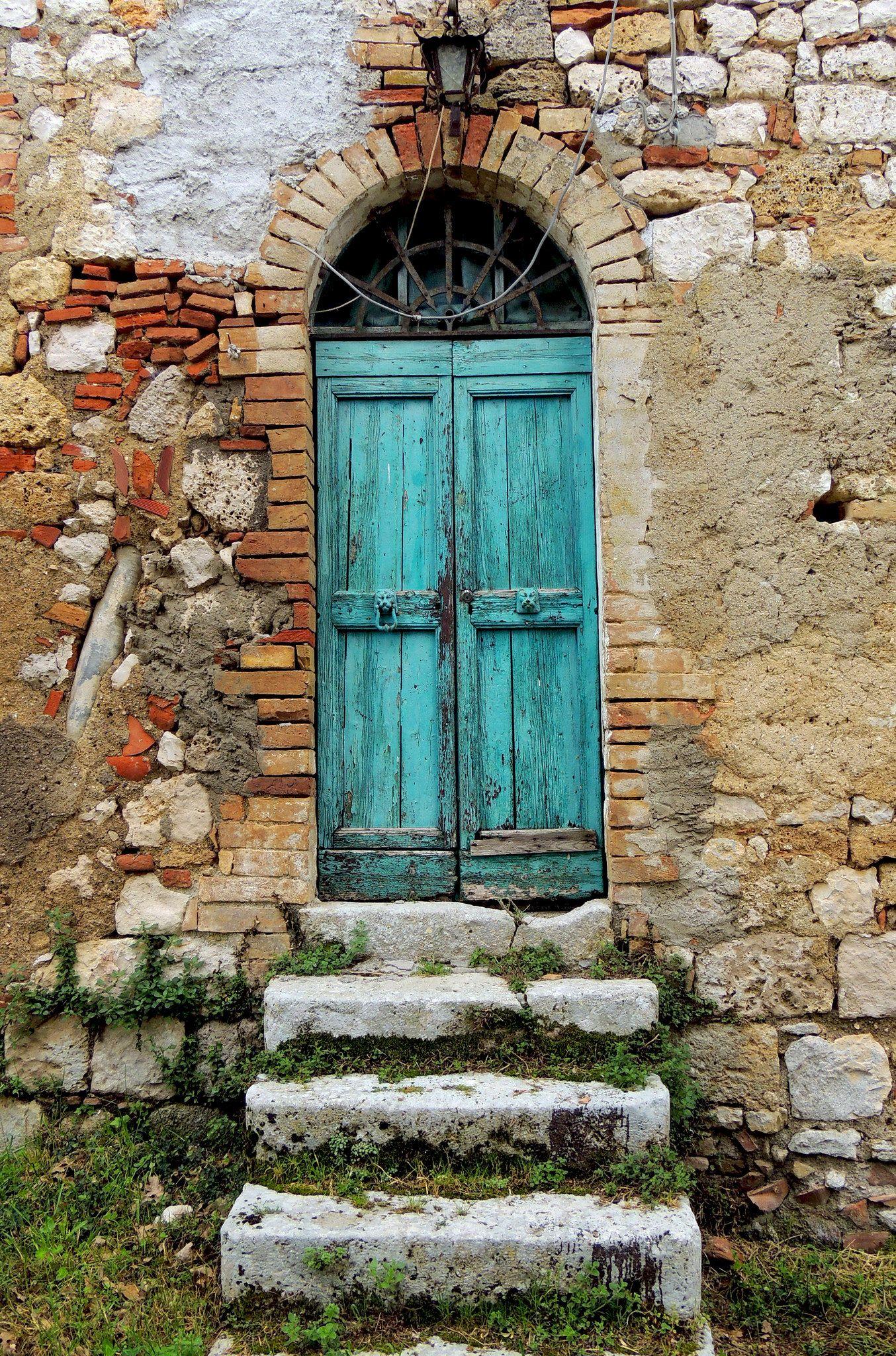Badia a Coneo - porta verde #beautifularchitecture