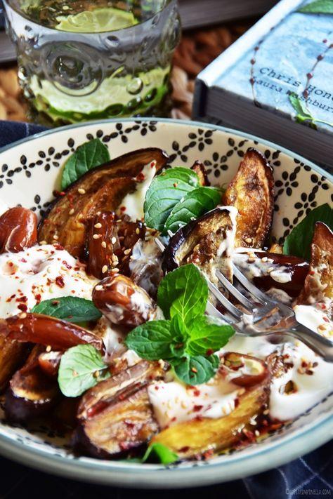rezept für salat aus ofengerösteten auberginen, datteln, joghurt, tahini & minze | luziapimpinella.com