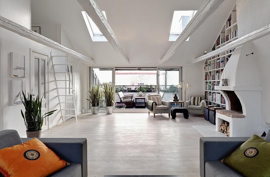 Una mansarda luminosa con terrazza living