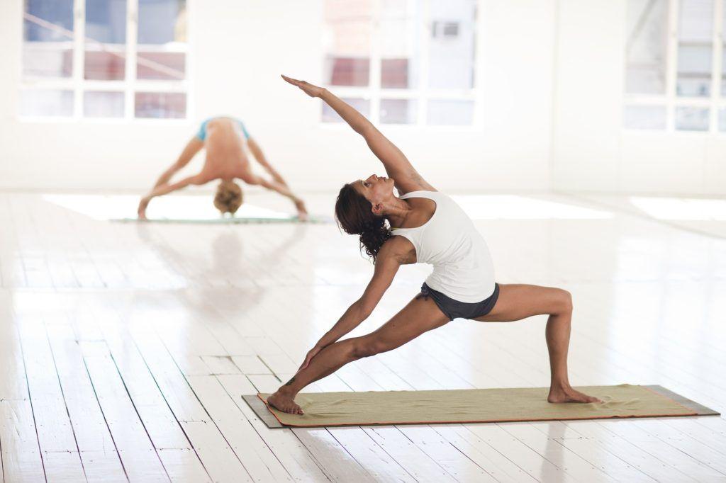 Yoga Para Principiantes 10 Posturas Para Practicar En Casa Clase De Yoga Tipos De Yoga Yoga Principiantes