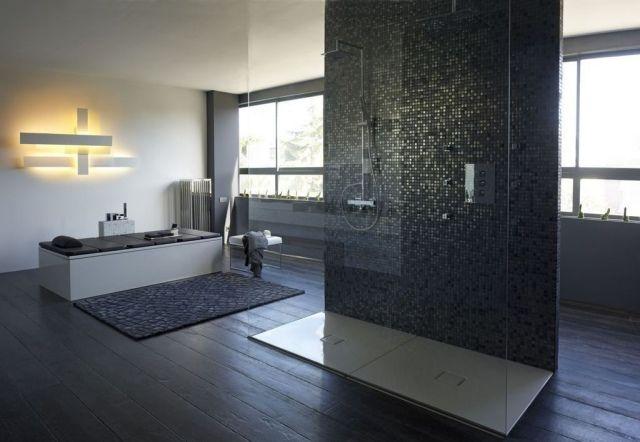 salle-bains-moderne-mosaique-noire-douche-italienne-baignoire - salle de bains avec douche italienne