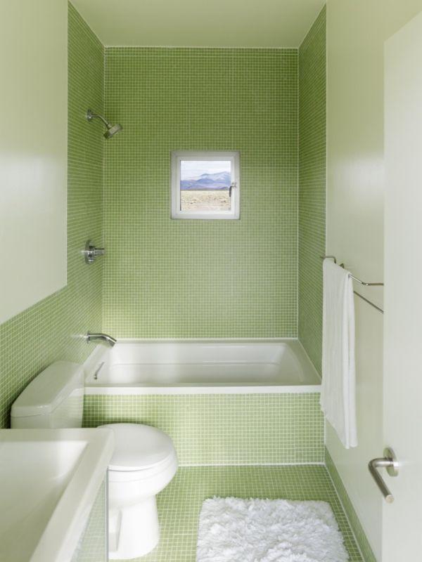 kleines Badezimmer mit grünen Fliesen und kleine Badewanne ...