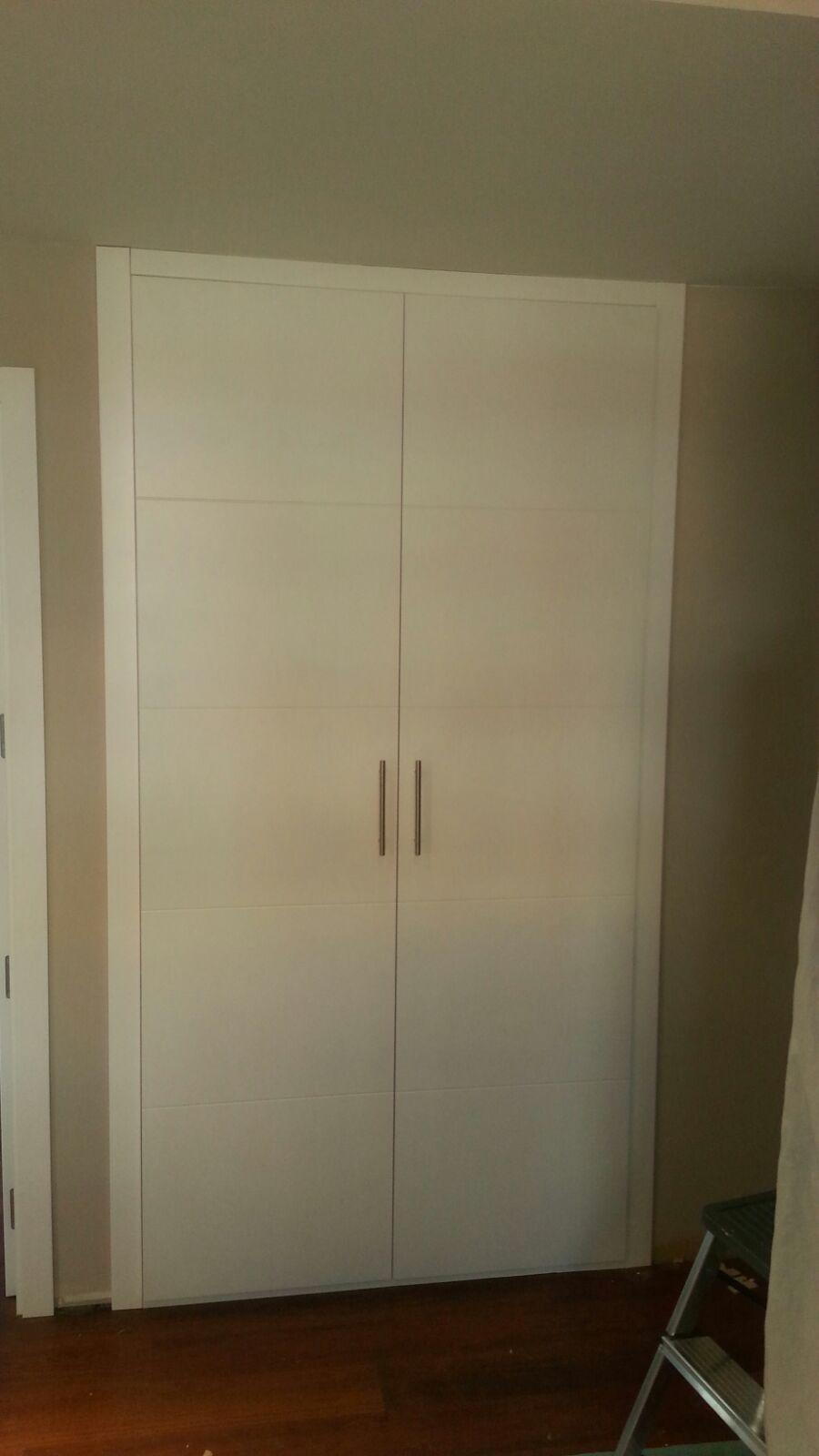 Armario abatible puertas lacadasenblanco sencillez for Puertas de diseno