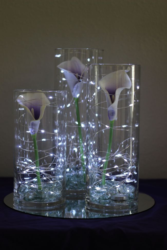 Picasso calla lilies in cylinder vases with fairy lights //Celebration Flair #Deko #Lichterketten #eineBlüte #fiestade15años