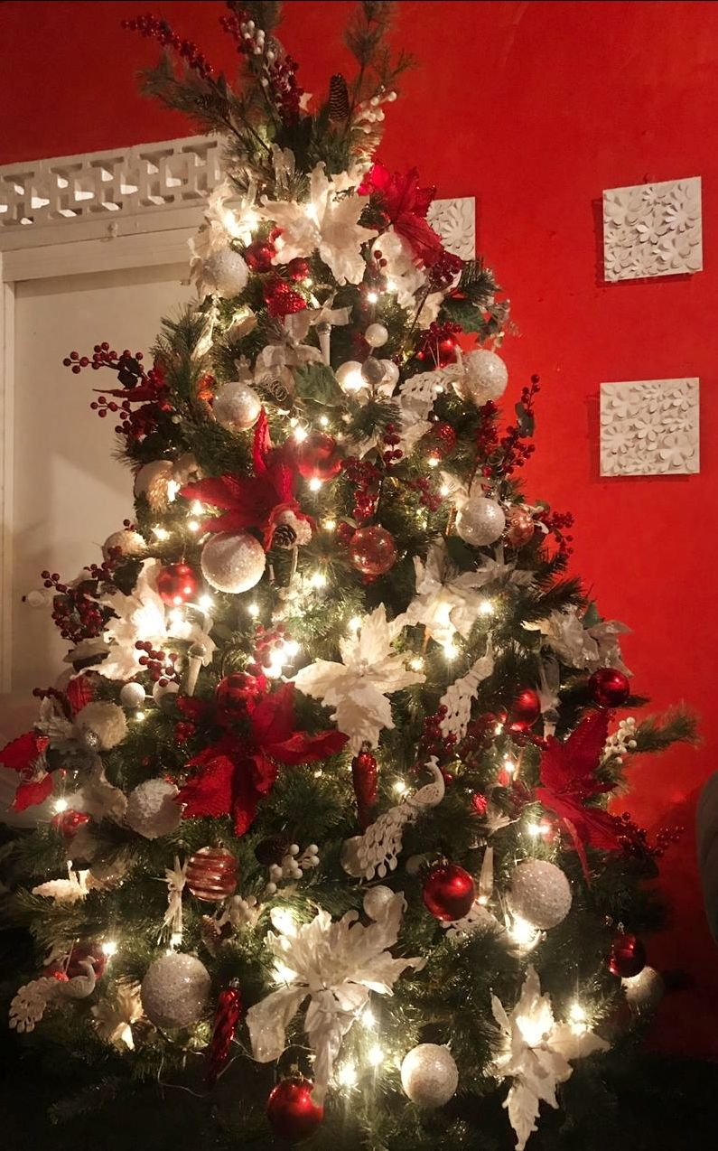 Red And White Christmas Tree Done By Natty S Decorated With Red Berries And Whi Christmas Tree Decorations Red Christmas Tree White Christmas Tree Decorations