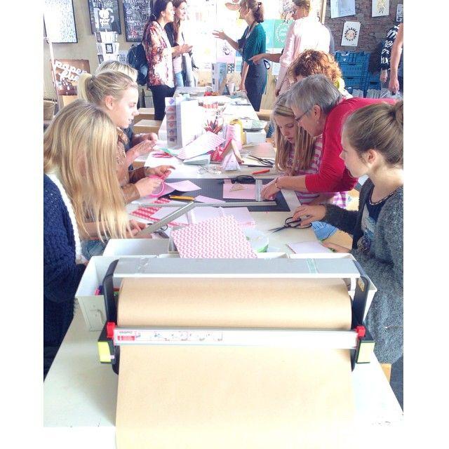 """Instagram @happymakersblog's photo: """"Samen met Adelheid van boxesandbooks.nl nauwkeurig doosjes snijden & vouwen.  #flavlive #papieratelier"""""""
