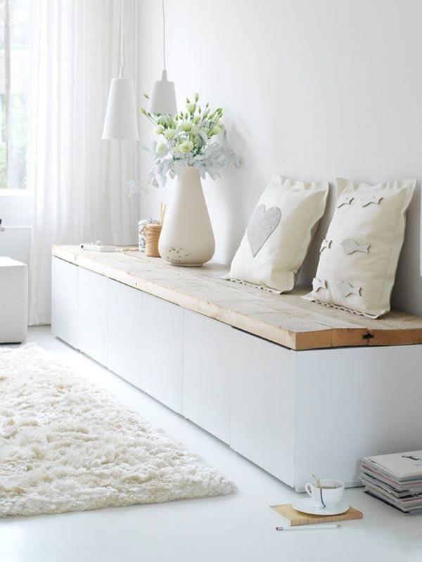 sitzbank im flur mit wei en kissen flur garderobe aufbewahrung hallway storage. Black Bedroom Furniture Sets. Home Design Ideas