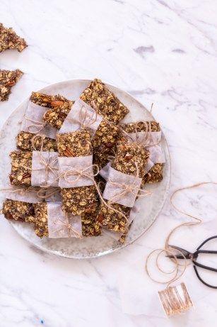 Diese selbst gemachten Müsliriegel sind der perfekte Snack für unterwegs, im Büro oder auf Reisen. Sie sind schnell gemacht und enthalten viel Eiweiß und gute Fette.