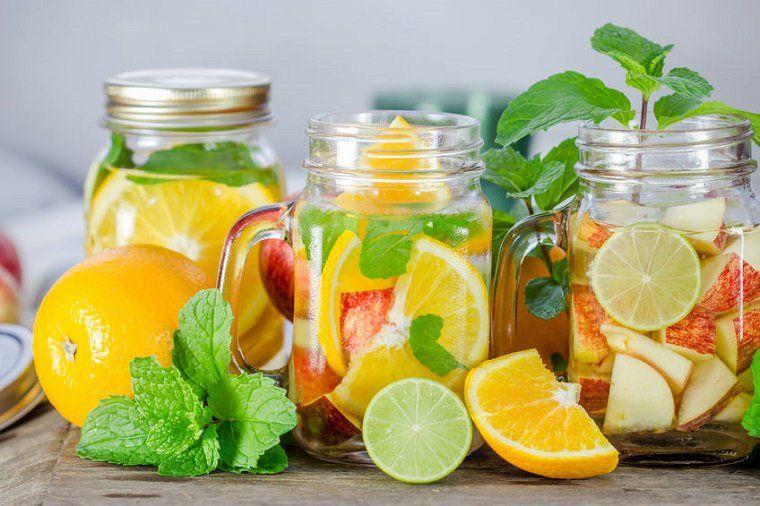 Los beneficios para la salud del agua vitaminada o infundidas naturalmente con frutas son de gran valor nutricional. El principal beneficio es la hidratación.