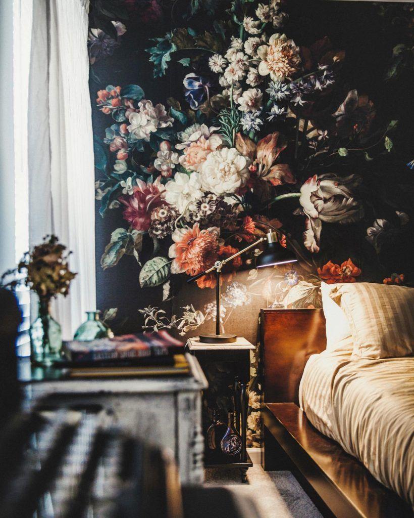 Pa Trend 12 Vaerelser Med Dramatisk Blomstret Tapet Floral Wallpaper Bedroom Floral Bedroom Black Floral Wallpaper
