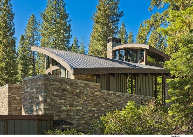 Atypique maison en bois et pierre en lisière de forêt aux USA