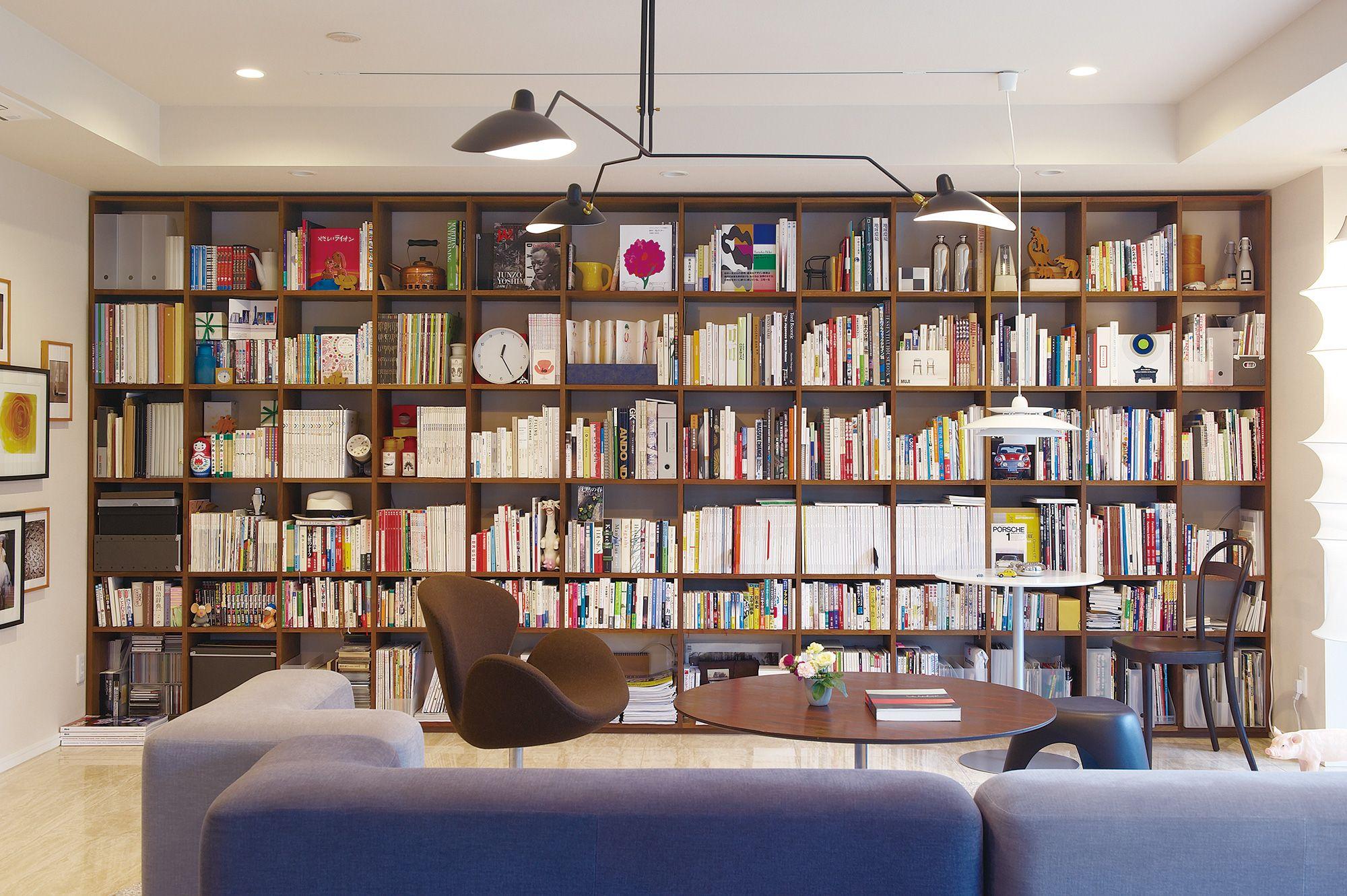 床から天井までの壁一面を 収納スペース としてまとめれば 大量の本