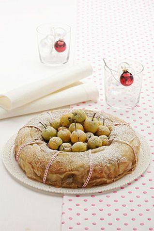 Ciambellone di pasta strudel farcito con le mele Ecco una ricetta, tipica della cucina altoatesina, apprezzata in ogni occasione