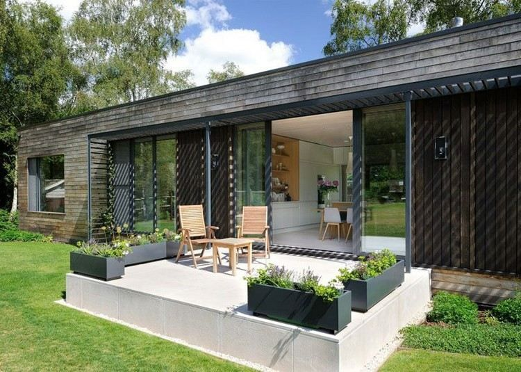 maison BBC avec meubles de jardin en bois massif, fleurs ...