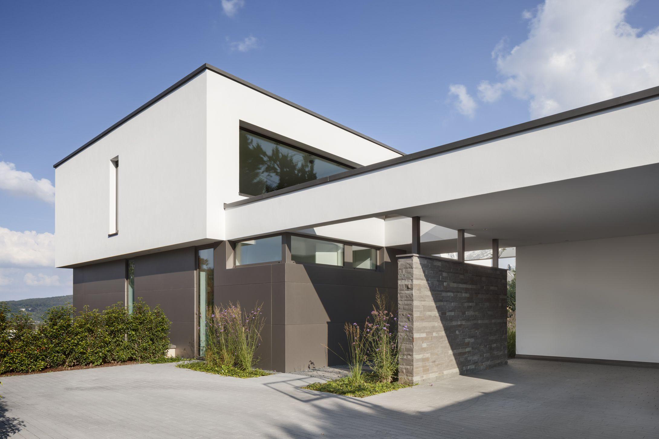 Moderne architektur mit offener garage einfahrt mit for Modernes einfamilienhaus mit garage