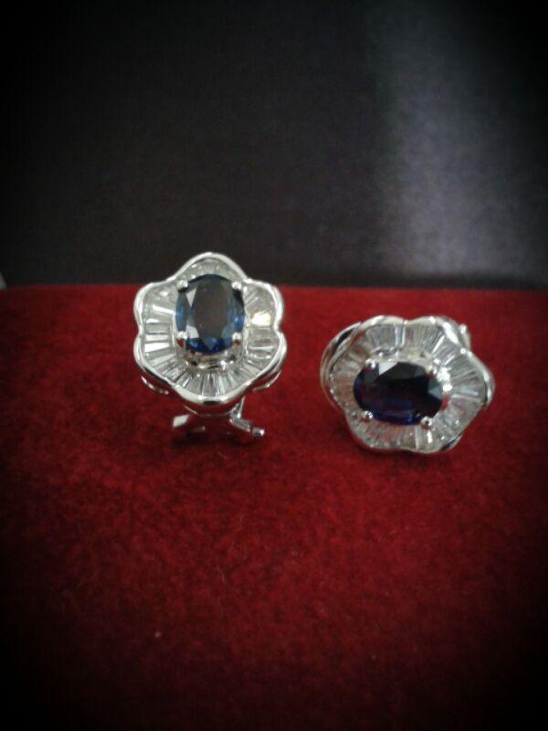 9e5f558734b2 aretes oro blanco 18 kt zafiro azul y diamantes corte baguette ...