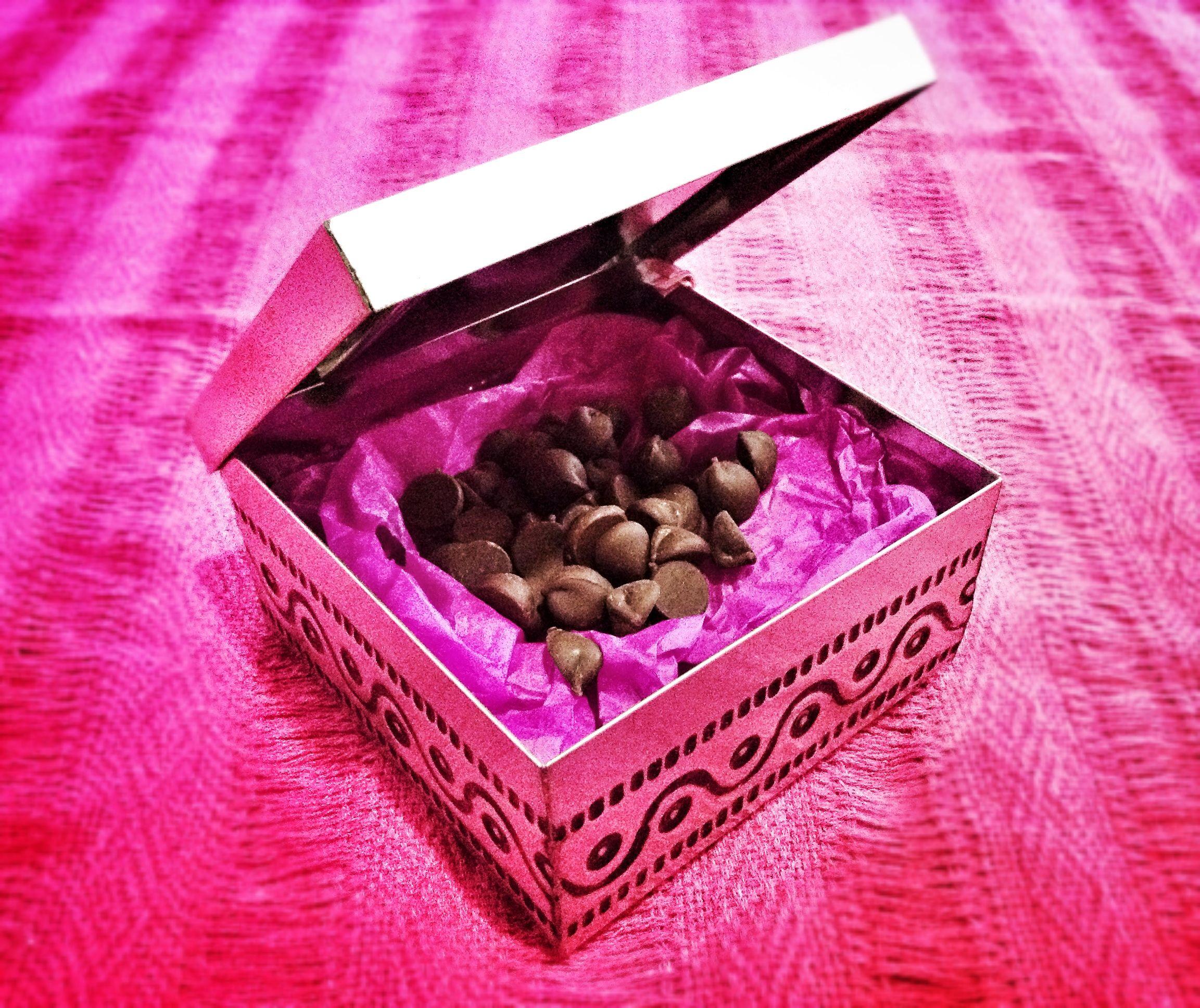 Metal box with handmade chocolate inside for wedding favor   Cajas ...