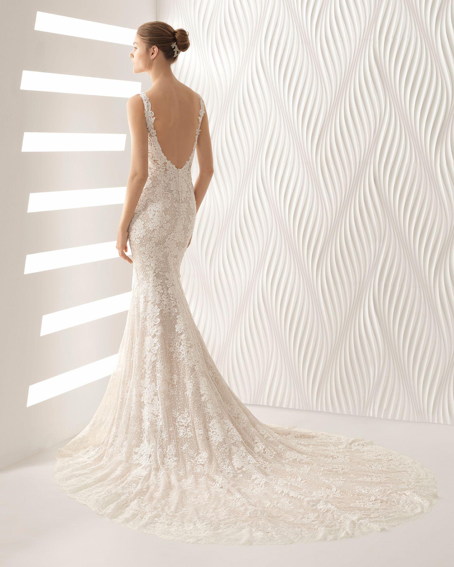 1a3c22927b Vestido de novia corte sirena de encaje con escote V. Colección 2018 Rosa  Clará.