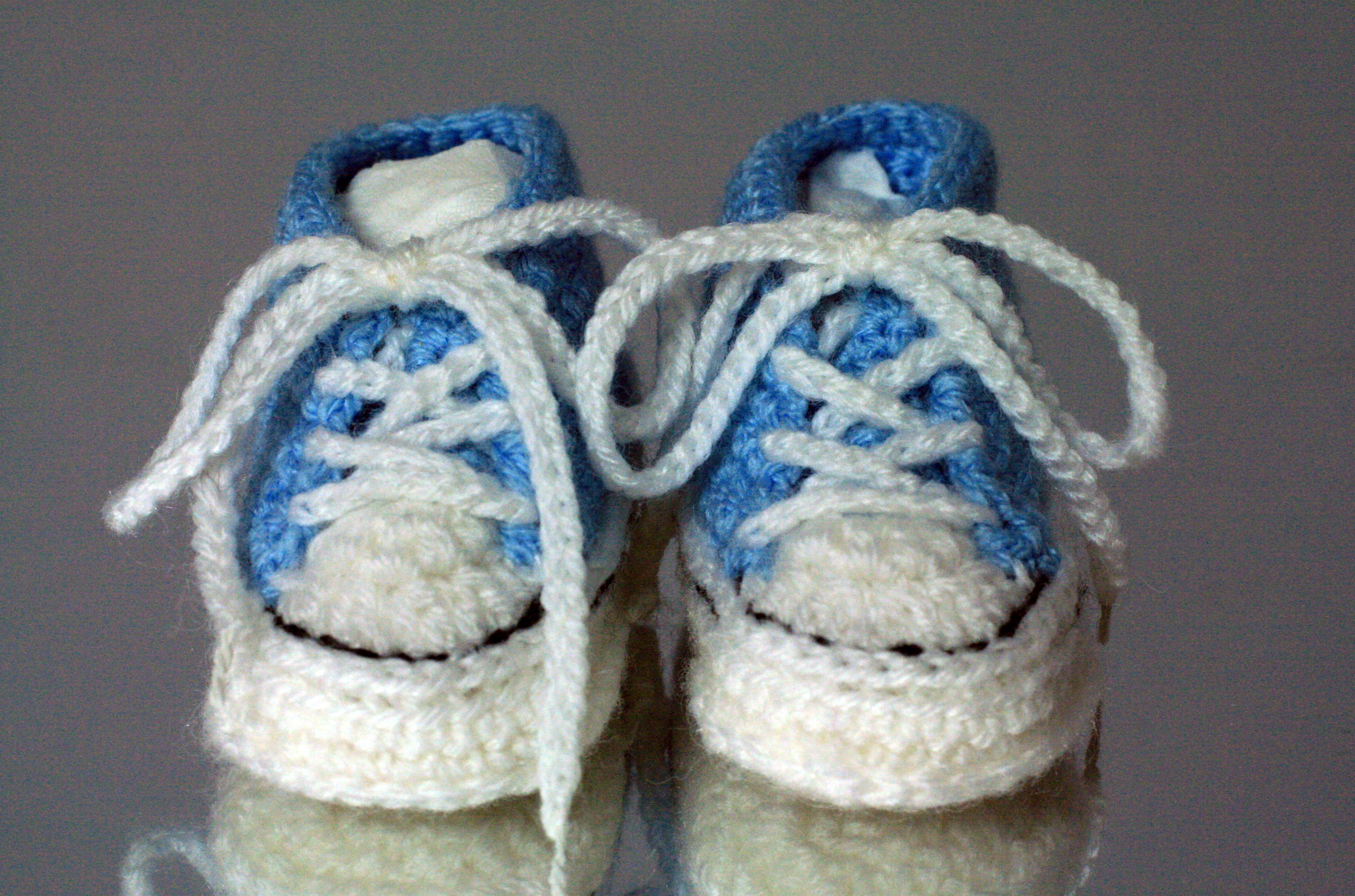 Converse Style Crochet Baby Bootees | Crochet converse, Crochet baby ...