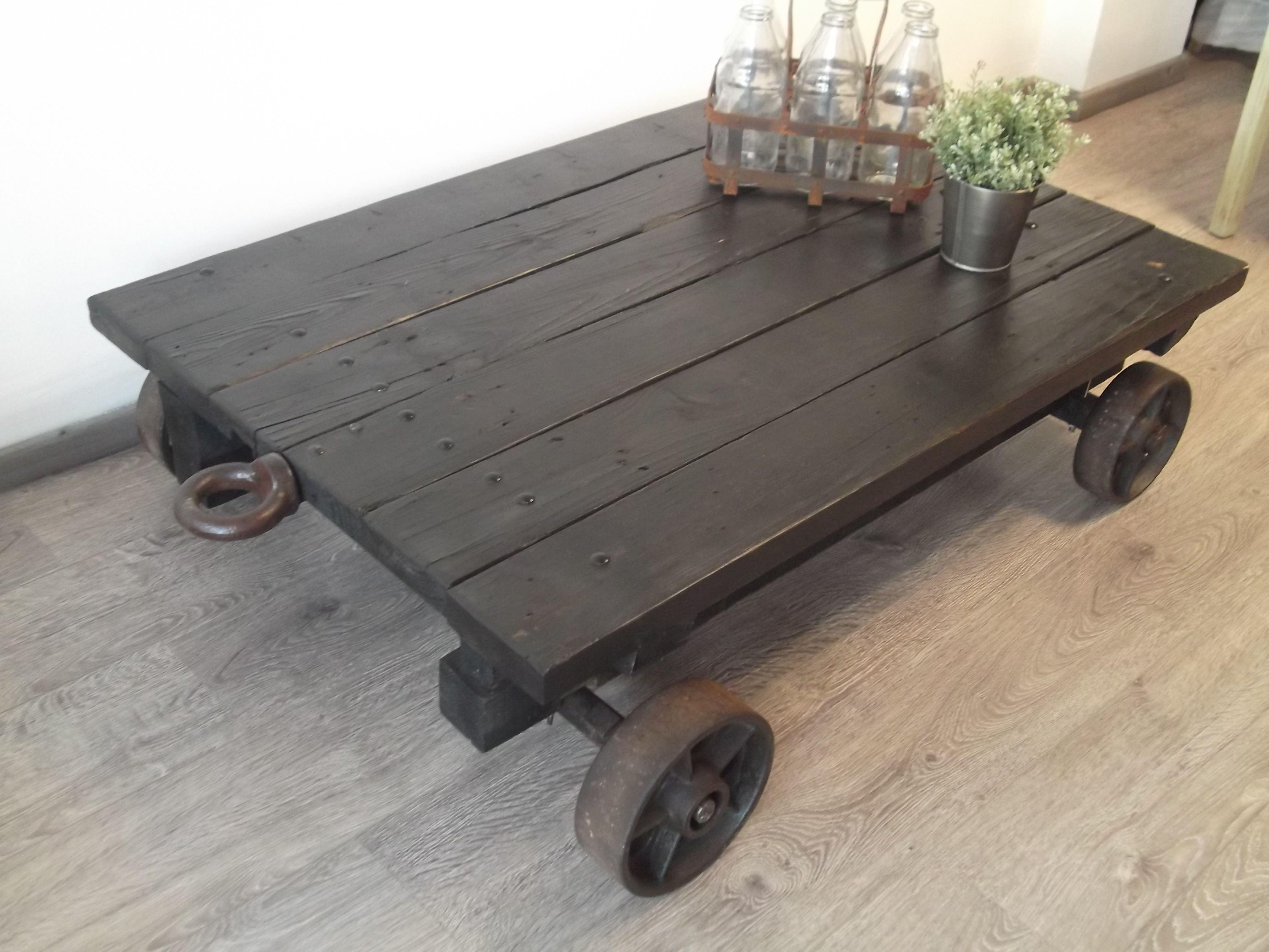 Mesa de centro con tablones de madera reciclada y ruedas for Mesas de tarimas recicladas