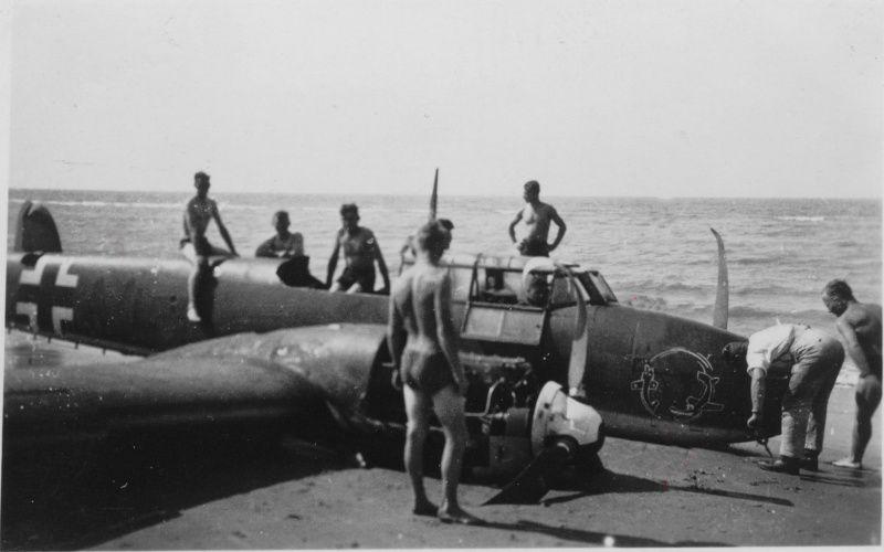 Немецкий истребитель Мессершмитт Bf.110 из состава группы I./ZG 26, совершивший вынужденную посадку на пляж