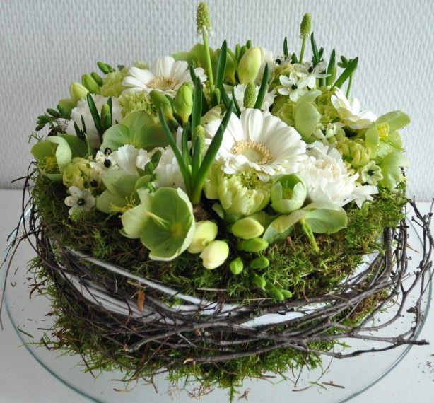 Weisse u. grüne Blumen im Kranz | Ostern | Pinterest | Nest, Floral ...