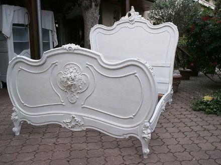magnifique cadre de lit ancien de style louis xv rocaille peint en blanc et patine