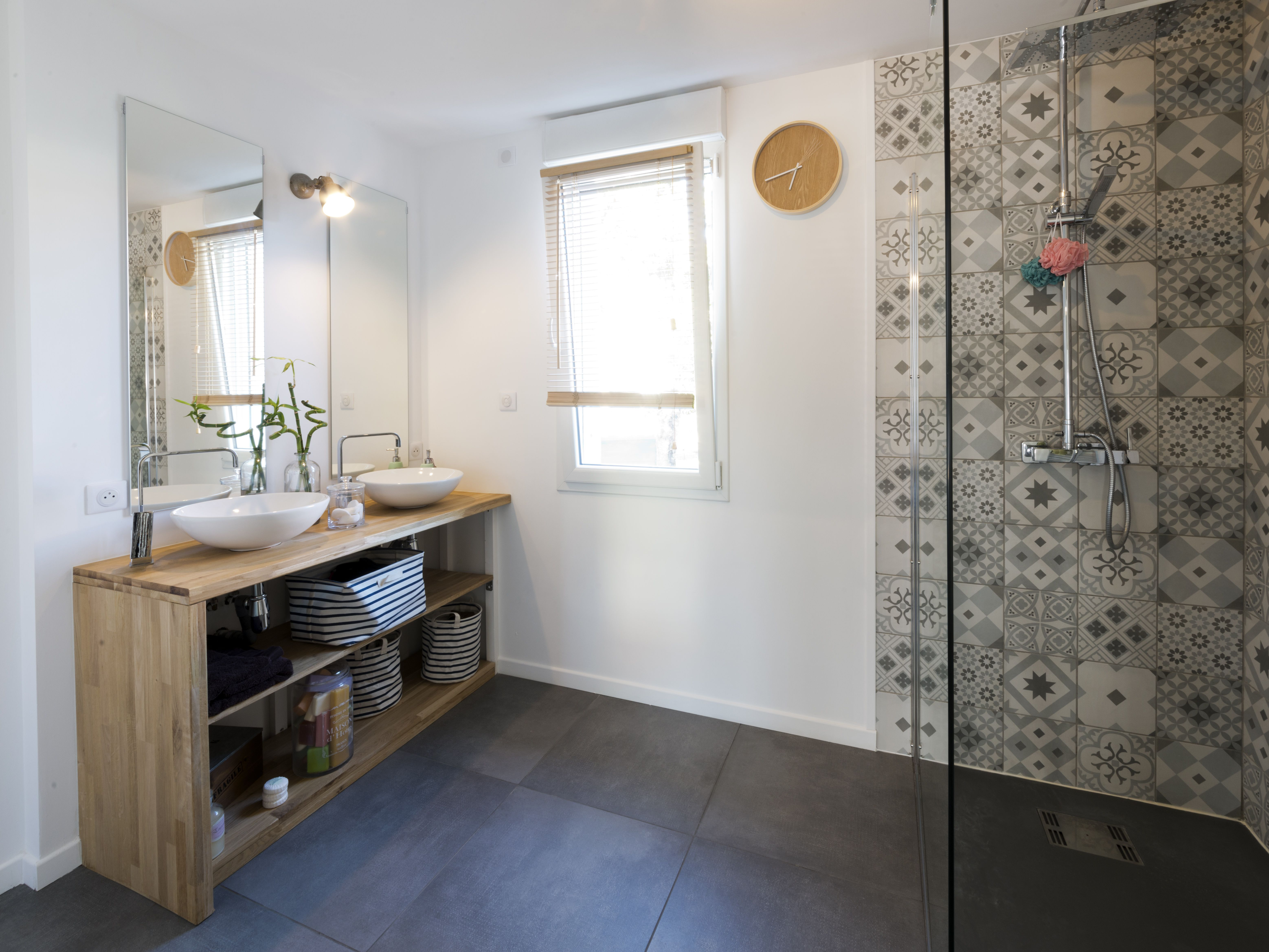 Une salle de bains pour les parents avec une douche l 39 italienne des carreaux salle de bain for Idee salle de bain carreau ciment