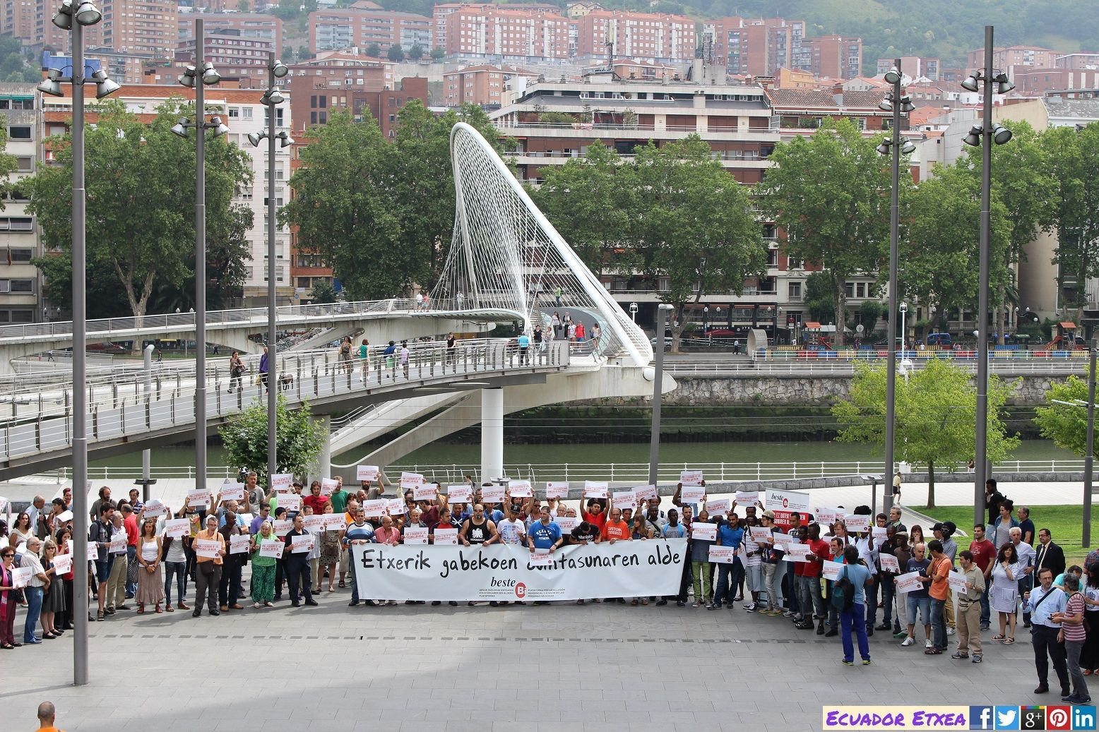 Homenaje #BesteBi a Aissa última persona fallecida sin hogar 16/07/2015 #Bilbao +fotos: http://ecuadoretxea.blogspot.com.es/2015/07/acto-de-homenaje-una-nueva-persona-sin.html