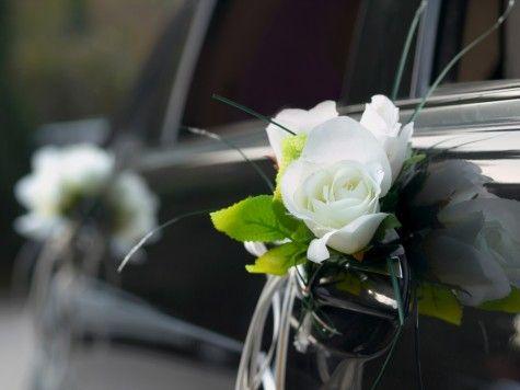 Autoschmuck zur Hochzeit Weie Rosen an den Trgriffen