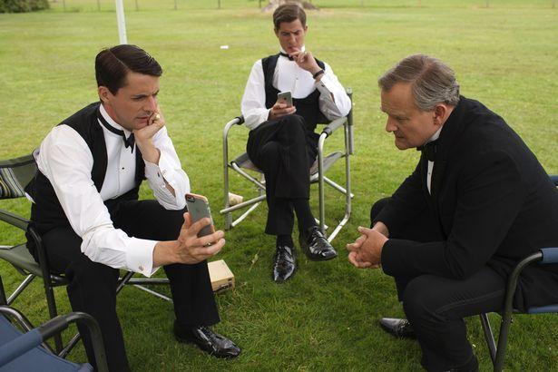 Мэттью Гуд, Мэтт Барбер и Хью Bonneville (LR) проверить их телефоны сцены