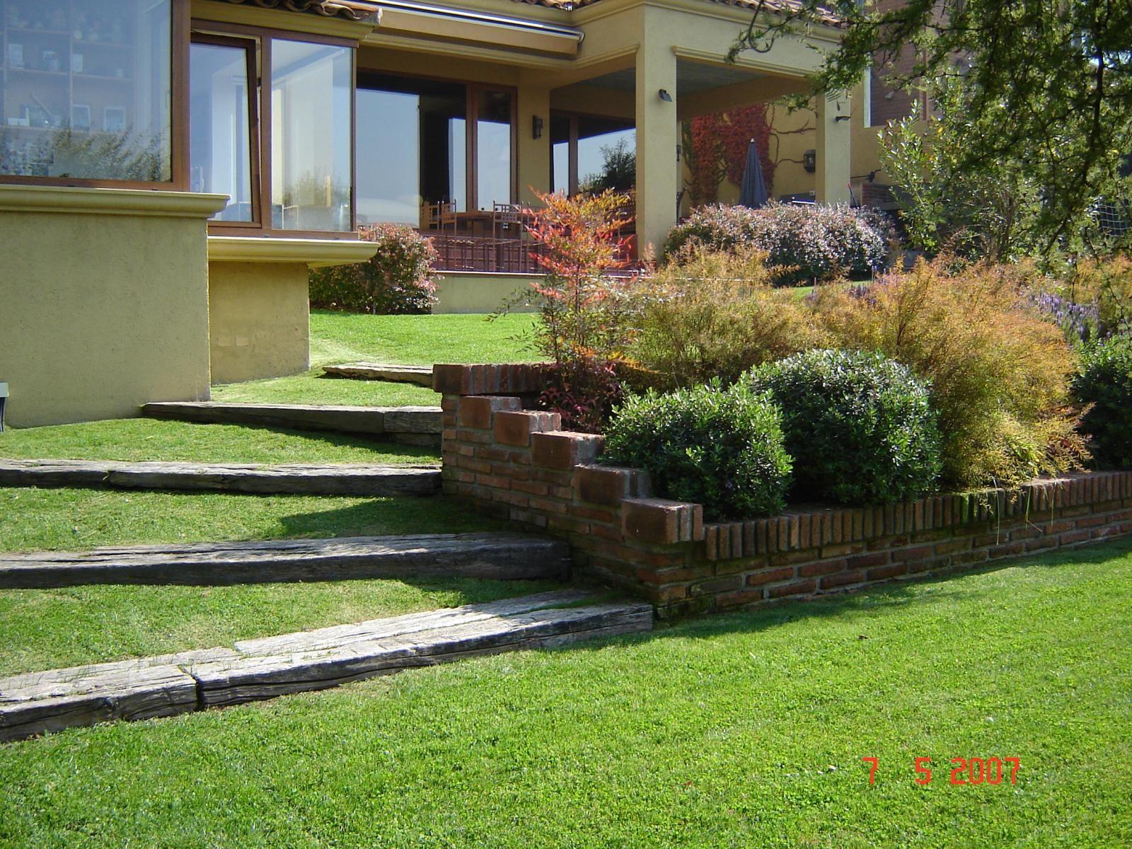 Taludes desniveles y escaleras en el jard n for Casas con jardin