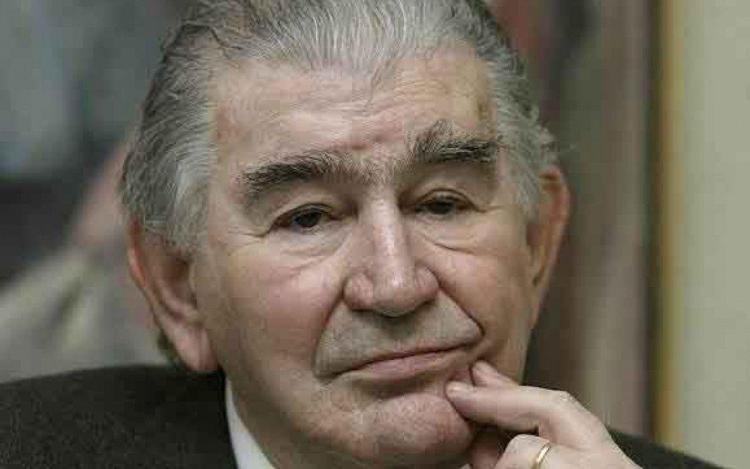 Antonio Gamoneda, Es un hombre. Va solo por el campo #español #PremioCervantes #Oviedo
