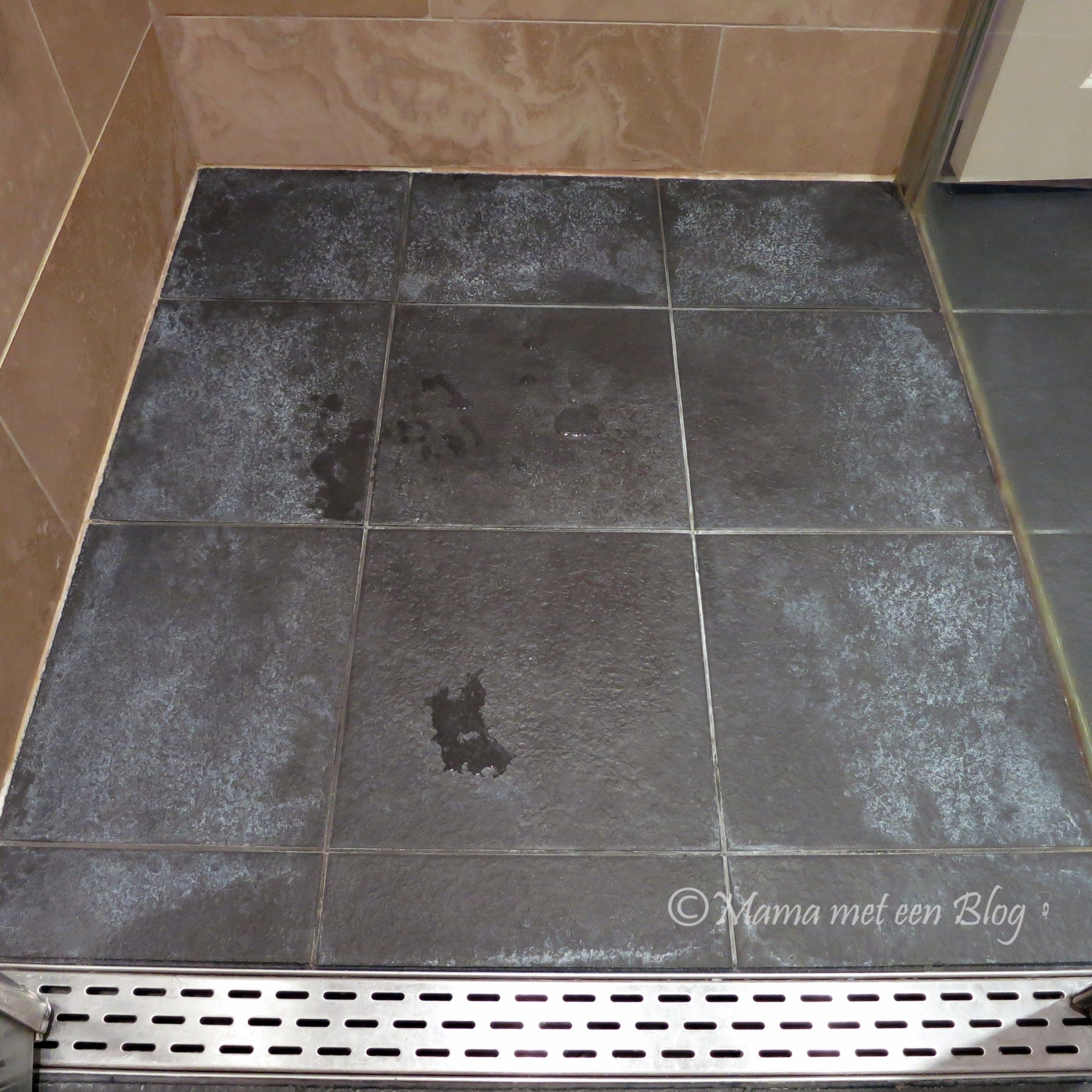 Tip: Donkere badkamertegels met witte aanslag reinigen | Allerlei ...