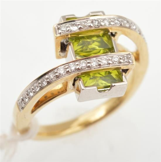 A PERIDOT AND DIAMOND DRESS RING IN 9CT GOLD