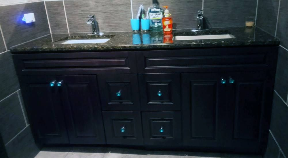 Best Gramercy Midnight Cabinets With Green Butterfly Granite 400 x 300