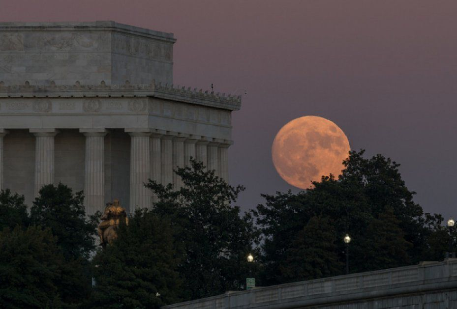"Washington Post on Twitter: ""The best photos of the biggest supermoon in 68 years https://t.co/t2hcElsDP6 https://t.co/OtLvmhg9VC"""