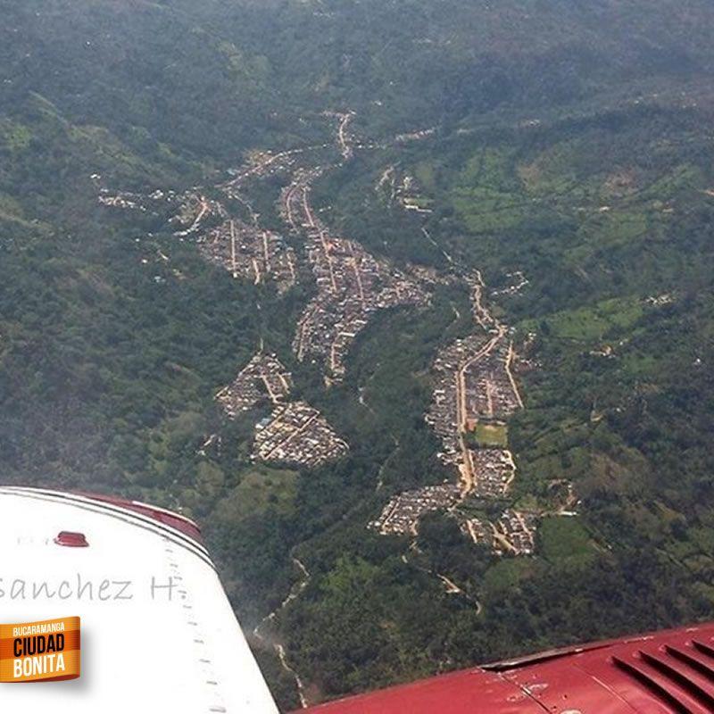 Y a la distancia, desde el aire, San Vicente de Chucurí en Santander. Gracias  @DanielGpAV por la foto #somosSantandereanos